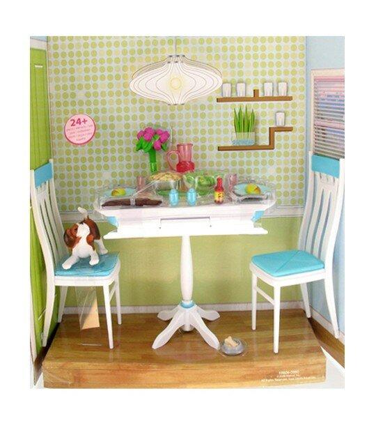 Table de salle à manger, deux chaises, les couverts, un bouquet de