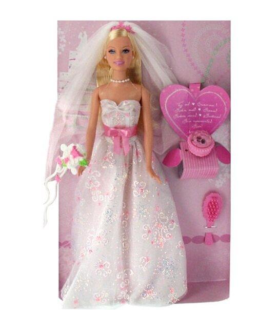 barbie est une magnifique marie vtue dune robe de tulle blanche paillete un voile et un superbe bouquet compltent sa tenue la poupe est accompagne